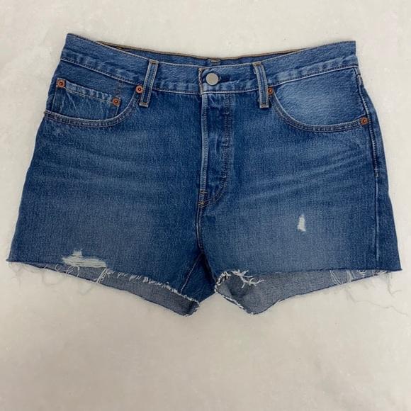 NWOT Levi's 501 cut-off denim shorts size size 28